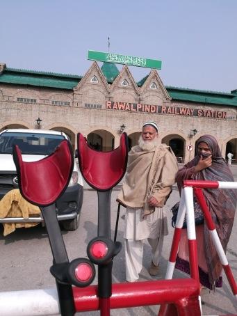 Krücken Bahnhof Rawalpindi